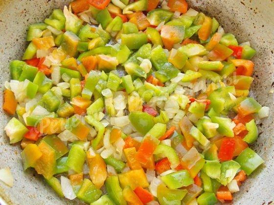 добавляем перец к луку и обжариваем