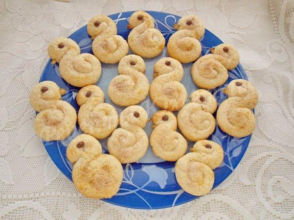 перекладываем остывшие печеньки на блюдо