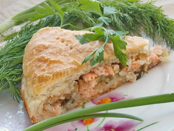 рецепт пирога из слоёного теста с красной рыбой и рисом