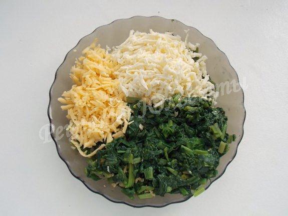 соединяем шпинат, сыр и брынзу