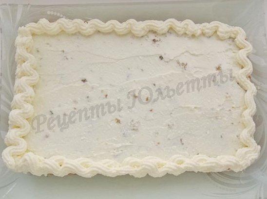 оформляем края пирога кремом