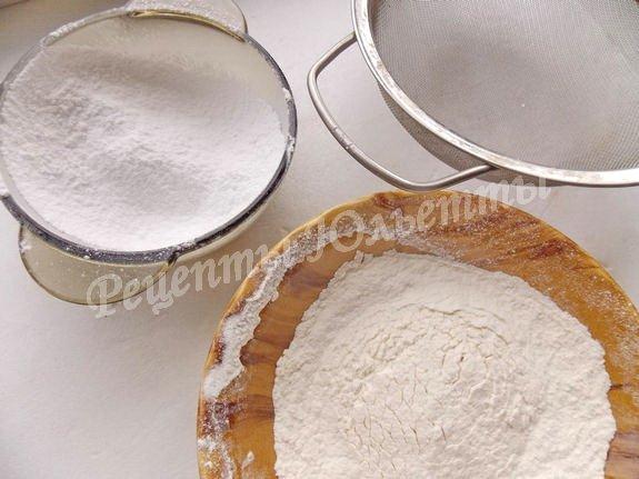 просеиваем сахарную пудру и муку