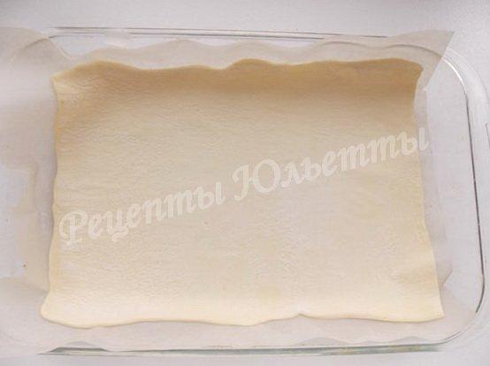 выкладываем в форму тесто на листе пергамента