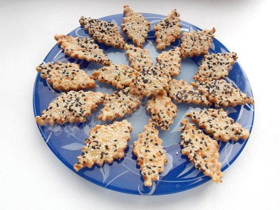 песочное печенье с сыром и кунжутом