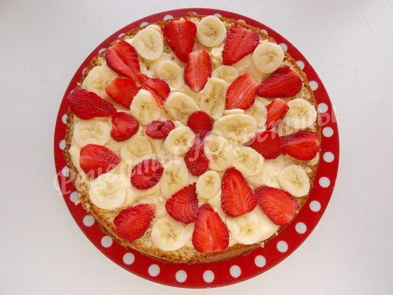 прослаиваем торт клубничными пластинками и банановыми кружочками