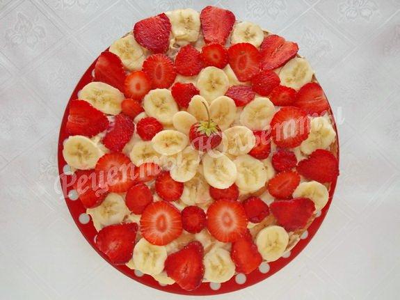 украшаем верхний верх кремом и ягодами