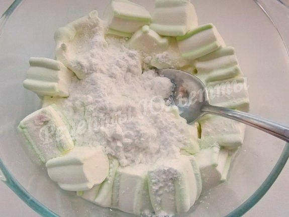 добавляем крахмал и сахарную пудру