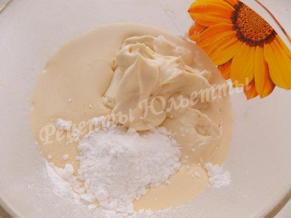 смешиваем сметану, сливки и сахарную пудру