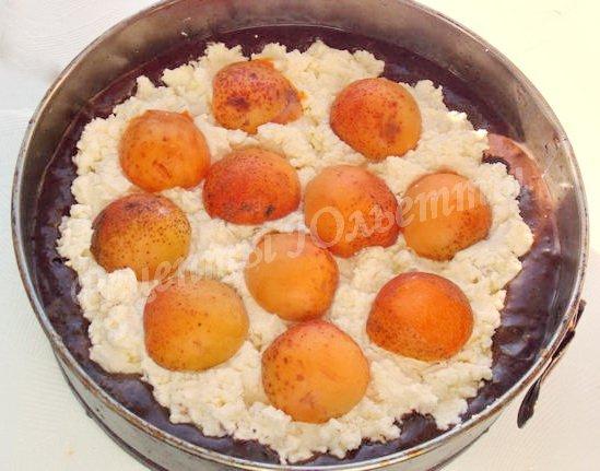 сверху выкладываем половинки абрикосов