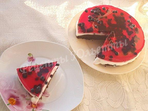 торт с йогуртом, желе и ягодами