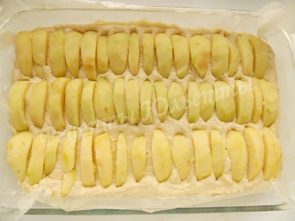 вставляем яблочные дольки в тесто