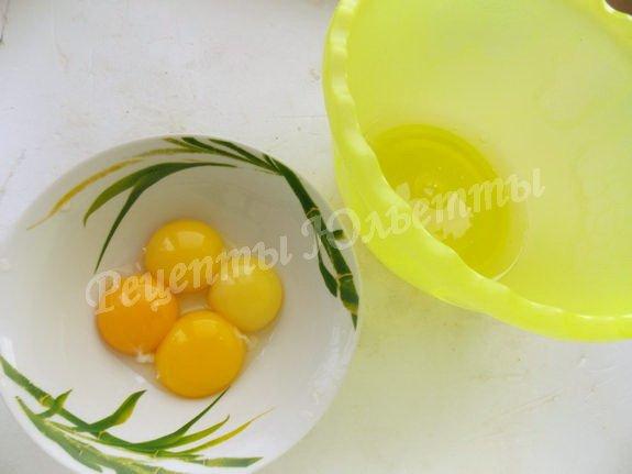 делим яйца на белки и желтки