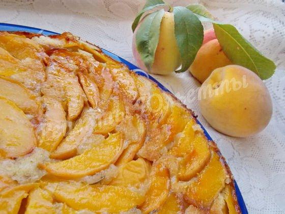переворачиваем пирог на блюдо