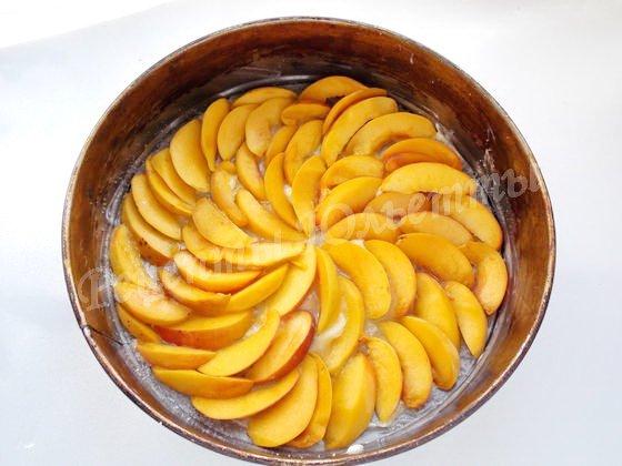 выкладываем ломтики персиков на дно формы