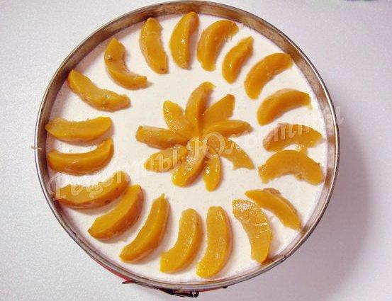 выкладываем ломтики персиков на суфле