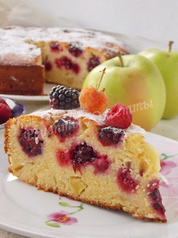 пирог с ежевикой, яблоками и малиной