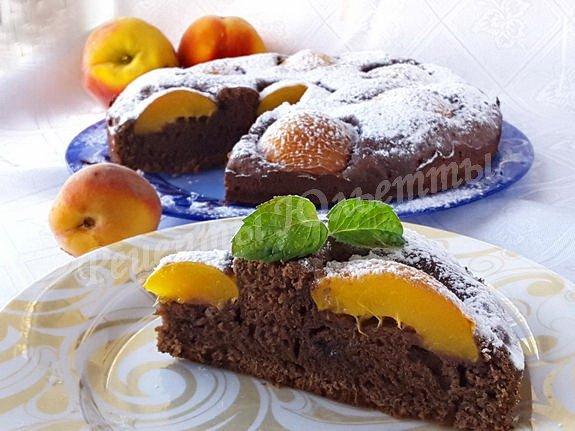 пирог с какао и свежими персиками