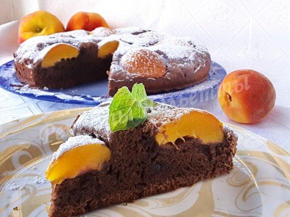 пирог с персиками, какао и кусочками шоколада