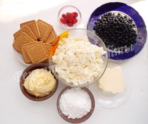 ингредиенты для чизкейка с творогом, сливками, печеньем и ягодами
