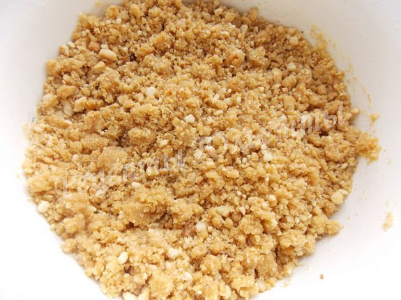 перемешиваем крошку печенья с маслом