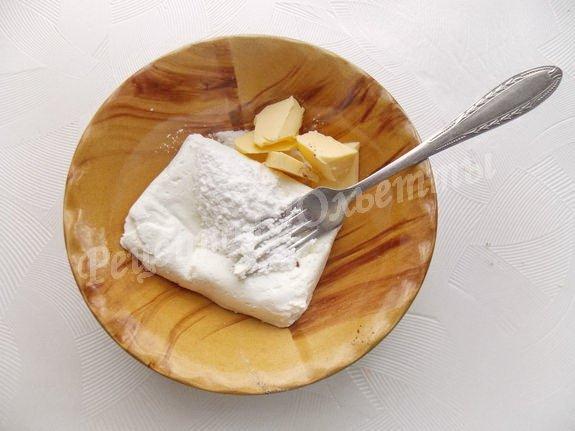 разминаем творог с маслом и сахаром