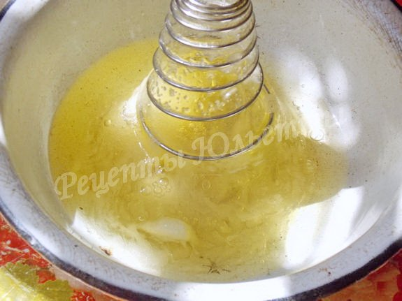 взбиваем белки венчиком, добавляя сахар