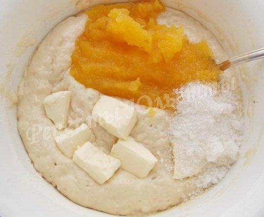 добавляем в опару масло, сахар и тыквенное пюре