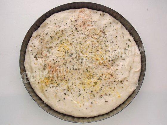 смазываем оливковым маслом и посыпаем сушёными травами