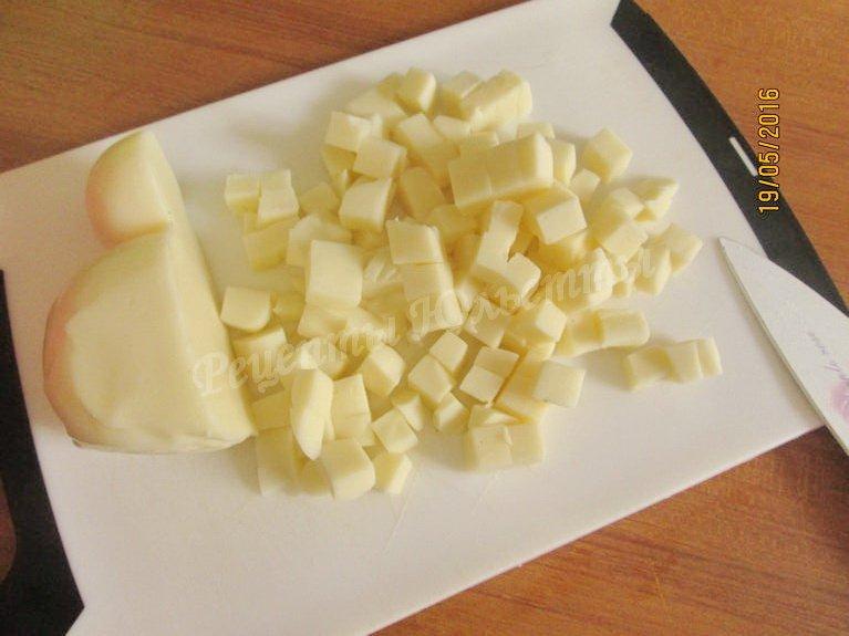 нарезаем кубиками сыр