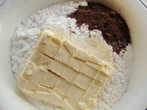 соединяем муку, какао, сахарную пудру и масло