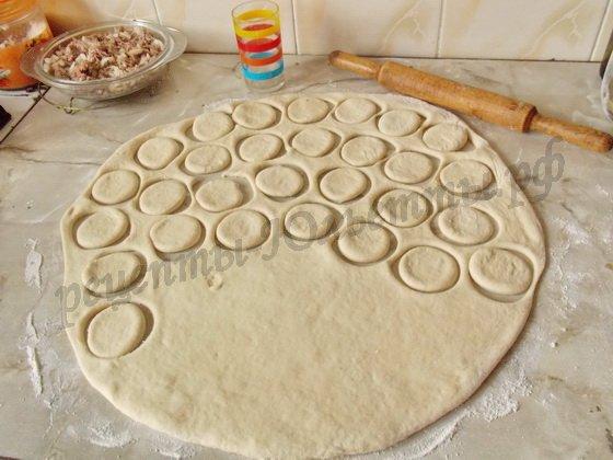 раскатав тесто, вырезаем кружочки