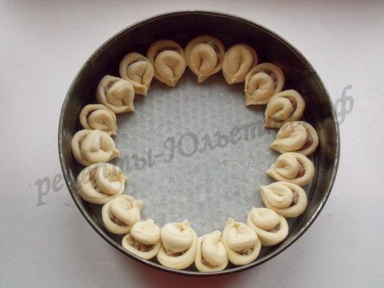 выкладываем лепестки по кругу в форму