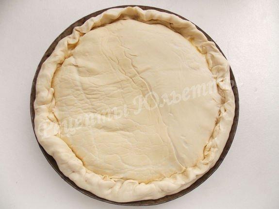 накрываем пирог вторым коржом