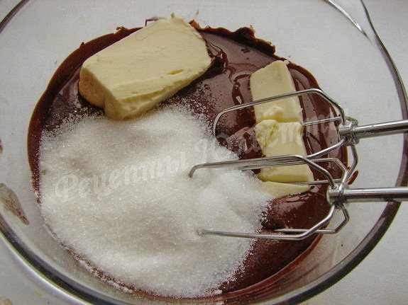 взбиваем шоколад с маслом и сахаром