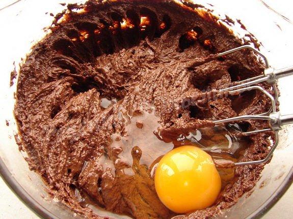 добавляем в шоколадное тесто яйца