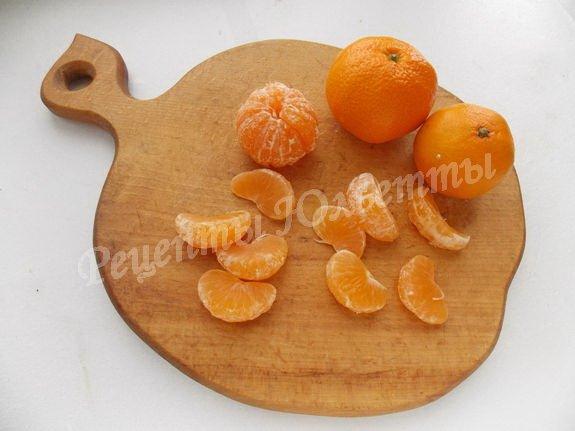 очищаем мандарины