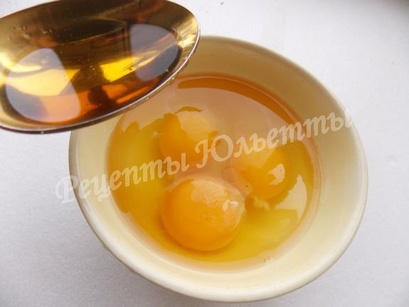 смешиваем яйца с коньяком