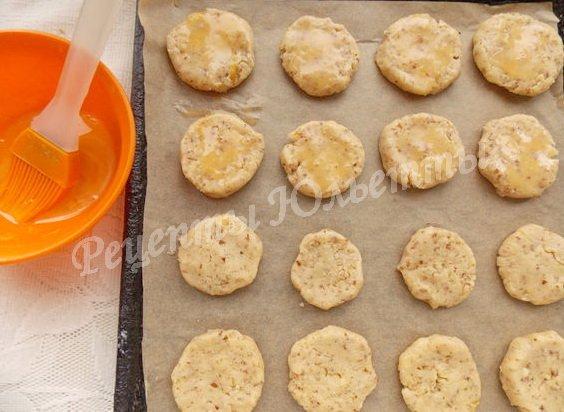 смазываем печенье желтком