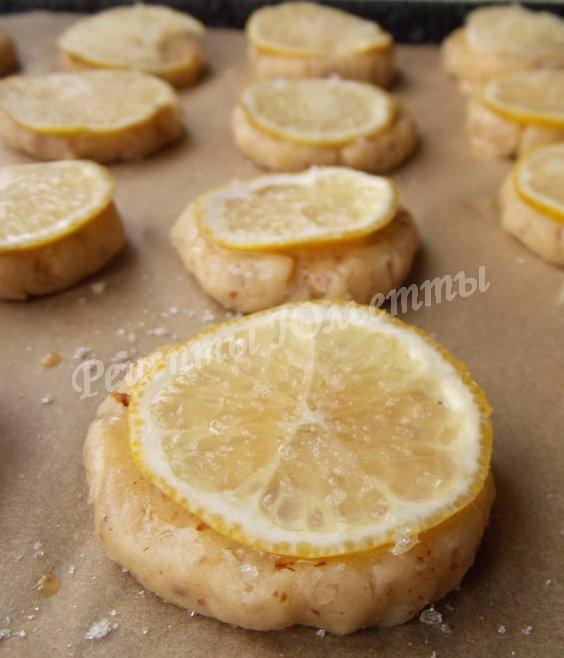 выкладываем лимонные кружочки и посыпаем сахаром