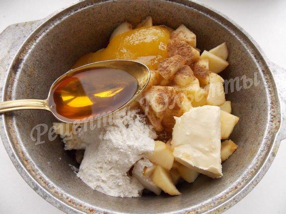 соединяем яблоки, мёд, коньяк, муку и корицу
