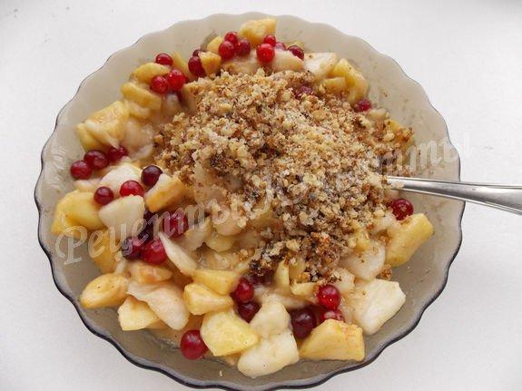 к яблочно-клюквенной начинке добавляем орехи