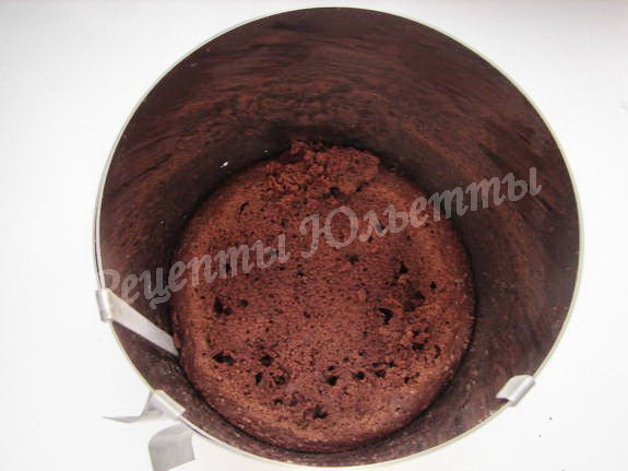 помещаем корж основу торта в кондитерское кольцо