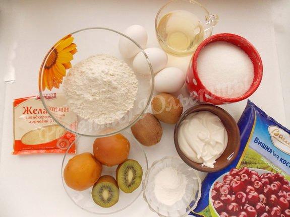 ингредиенты для бисквитного торта со сметанным кремом и фруктами