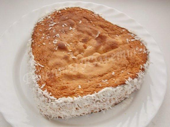 оформляем бока торта кокосовой стружкой