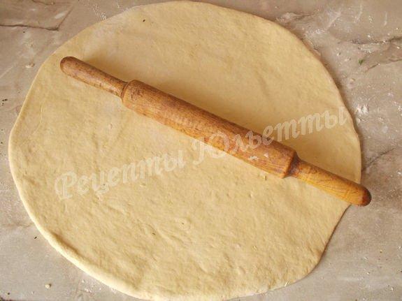 раскатываем тесто в круг