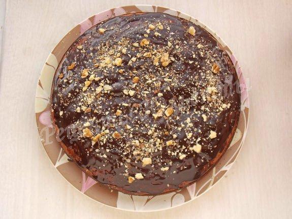 поливаем шоколадом и посыпаем орехами