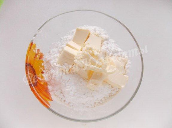 перетираем масло с мукой и сахарной пудрой