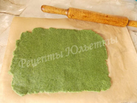 раскатываем зелёное тесто