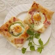 слойки с яйцом, брынзой и беконом