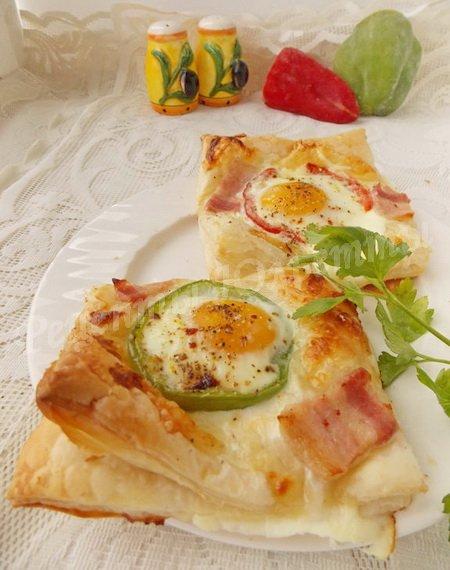 слойки с яйцом, сыром и ветчиной